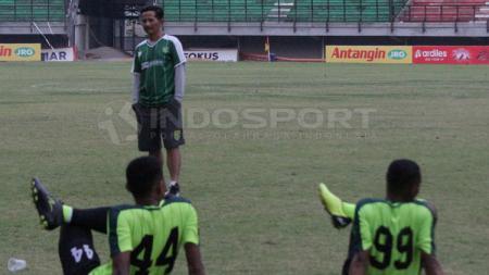 Pelatih Persebaya Surabaya, Djajang Nurdjaman (Djanur) saat mempin para pemainnya berlatih. Foto: Fitra Herdian/INDOSPORT - INDOSPORT