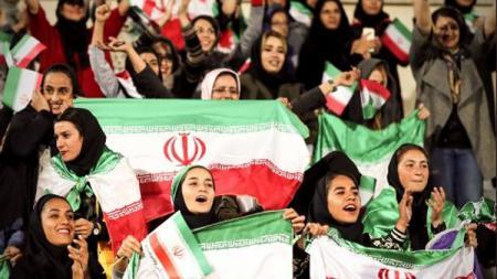 Penonton wanita asal Iran yang berhasil masuk ke dalam stadion - INDOSPORT