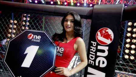 Siva Aprilia model cantik di One Pride MMA Indonesia yang tersenggol payudaranya oleh petarung MMA.