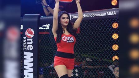 Model sekaligus ring girl ajang pertarungan One Pride MMA, Siva Aprilia, kembali menyita perhatian lantaran turut terkena demam joget Tik Tok. - INDOSPORT