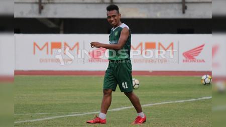 Irfan Jaya berlatih bersama Persebaya Surabaya. - INDOSPORT