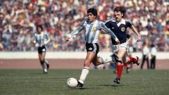 Indosport - Penampilan Diego Maradona saat menggiring bola dalam pertandingan antara Argentina vs Skotlandia 1979.