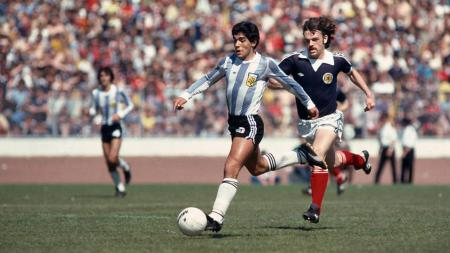 Penampilan Diego Maradona saat menggiring bola dalam pertandingan antara Argentina vs Skotlandia 1979. - INDOSPORT