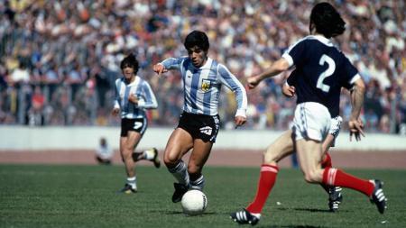 Tak hanya tenar akan kemampuan ciamiknya di atas lapangan, Diego Maradona juga terkenal akan aksi ikoniknya saat melakukan pemanasan bersama Napoli dulu. - INDOSPORT
