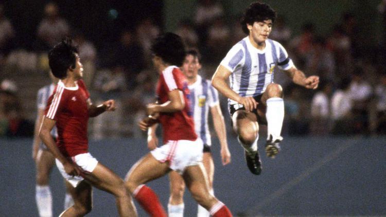 Diego Maradona saat melawan Timnas Indonesia U-19 di Piala Dunia U-20 1979. Copyright: twitter.com/tphoto2005