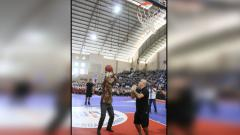 Indosport - Gubernur Jawa Tengah, Ganjar Pranowo, sedang mencoba shooting yang dipandu oleh Associate Vice President Basketball Operations NBA, Carlos Barroca dan pada ajang Jr. NBA Coaches Academy pada hari Rabu (17/10) di GOR Sumber Waras, Semarang.