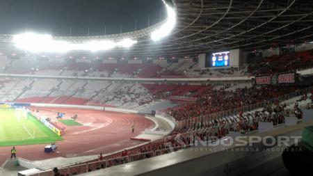 Suporter Timnas Indonesia di Stadion Gelora Bung Karno. - INDOSPORT