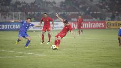 Indosport - Tendangan Egy Maulana Vikri berhasil dihalau pemain Chinese Taipei.