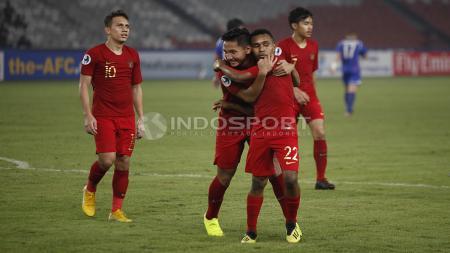 Para pemain Timnas U-19 seperti Syahrian Abimanyu bersama Todd Rivaldo Ferre (tengah) merayakan gol ketiga yang dicetak Witan Sulaeman. - INDOSPORT
