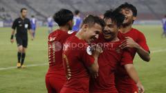 Indosport - Kegembiraan Witan Sulaeman dan Egy Maulana Vikri (tengah) merayakan gol ketiga Timnas U-19.