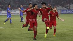 Indosport - Witan Sulaiman bersama rekannya merayakan gol ketiga Timnas U-19.