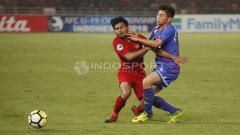 Indosport - Asnawi Mangkualam mendapat gangguan saat mencoba melewati pemain belakang China Taipei.