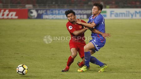 Asnawi Mangkualam mendapat gangguan saat mencoba melewati pemain belakang China Taipei. - INDOSPORT