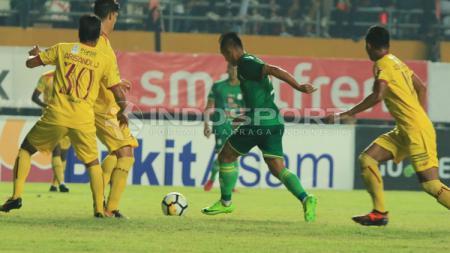 Antoni Nugroho saat mencoba keluar dari kawalan pemain Sriwijaya FC. - INDOSPORT