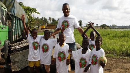 Legenda Chelsea, Didier Drogba melakukan aksi mulia demi perangi virus corona dengan cara menyumbangkan rumah sakit pribadinya di Pantai Gading. - INDOSPORT