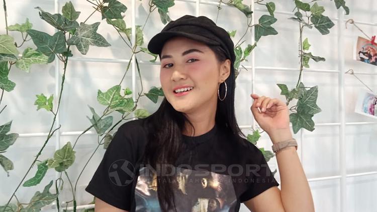 Pemain film sekaligus penyanyi dangdut, Camelia Putri yang mengaku sebagai penggemar dari Persebaya dan Persib. Copyright: Shintya Maharani/INDOSPORT
