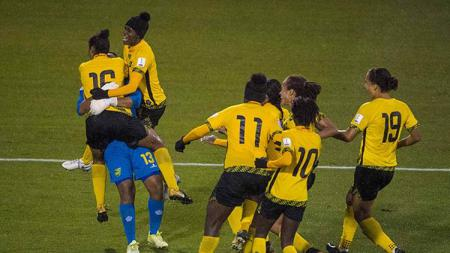 Timnas wanita Jamaika melakukan selebrasi setelah berhasil lolos dari kualifikasi Piala Dunia 2019 zona CONCACAF. - INDOSPORT