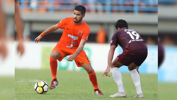 Gelandang Tijani Belaid berduel dengan Rizki Pellu dalam partai Borneo FC vs PSM Makassar di Liga 1, Jumat (19/10/18). Copyright: Twitter/@PusamaniaBorneo