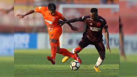 Persebutan bola antara bek Wildansyah dan striker Guy Junior dalam laga Borneo FC vs PSM Makassar di Liga 1, Jumat (19/10/18). - INDOSPORT