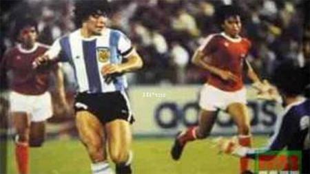 Bintang Argentina Diego Maradona saat pertandingan antara Argentina vs Indonesia tahun 1979. - INDOSPORT