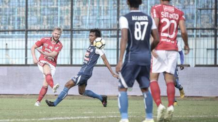 Arema FC berhasil menang dengan skor 2-0 atas Bali United di babak pertama. - INDOSPORT