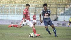 Indosport - Irfan Bachdim yang menendang bola pada laga Arema FC vs Bali United di Liga 1 2018, Sabtu (20/10/18).