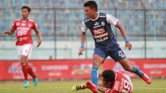 Indosport - Duel para pemain dalam laga Arema FC vs Bali United di Liga 1 2018, Sabtu (18/10/18).