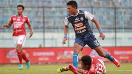 Duel para pemain dalam laga Arema FC vs Bali United di Liga 1 2018, Sabtu (18/10/18). - INDOSPORT