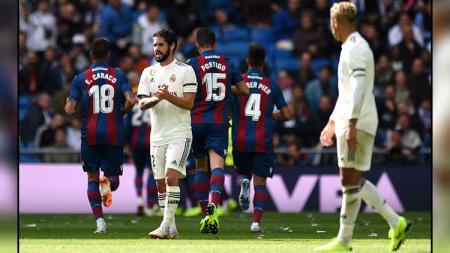 Ekspresi kesedihan para pemain Real Madrid saat tertinggal 0-2 dari Levante di babak pertama. - INDOSPORT