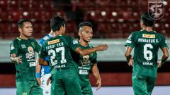 Indosport - Persebaya mampu unggul sementara atas tuan rumah Persib Bandung.