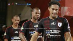 Indosport - Para pemain Persipura Jayapura lesu di laga kontra Madura United.