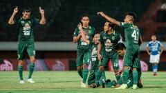 Indosport - Selebrasi pemain Persebaya saat mencetak gol ke gawang Persib pada lanjutan laga Liga 1.