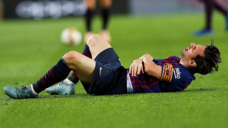 Lionel Messi alami cedera lengan di laga kontra Sevilla. - INDOSPORT