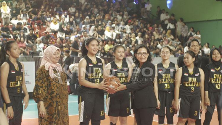 Sophia Rebbeca bersama tim basket putri SMA 28. Copyright: Ridi F Khan/INDOSPORT