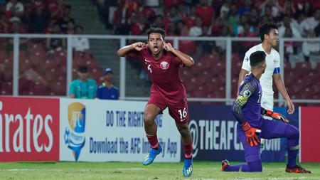 Pemain Qatar U-19 berselebrasi di depan ribuan penonton di Stadion GBK saat mencetak gol ke gawang Timnas Indonesia. - INDOSPORT