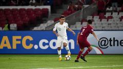 Indosport - Egy Maulana Vikri dihadang pemain Qatar U-19.