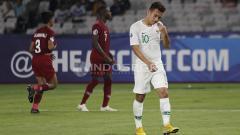 Indosport - Egy Maulana Vikri menundukkan kepala saat Timnas Indonesia U-19 tertinggal dari Qatar U-19.