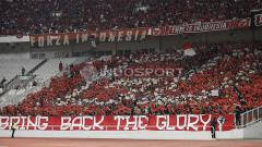 Indosport - Suporter Timnas Indonesia yang memenuhi Stadion Gelora Bung Karno saat laga melawan Qatar U-19.