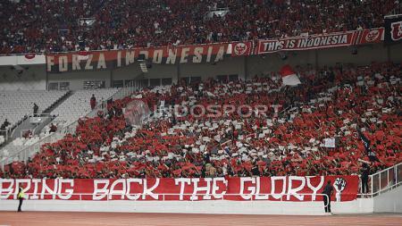 Suporter Timnas Indonesia yang memenuhi Stadion Gelora Bung Karno saat laga melawan Qatar U-19. - INDOSPORT