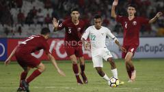 Indosport - Todd Rivaldo Ferre di antara penjagaan para pemain Qatar U-19.