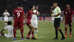Indosport - Pemain dari Qatar U-19 melayangkan protes kepada wasit.