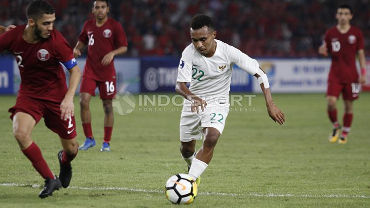 Todd Rivaldo Ferre menguasai bola dan dibayang-bayangi pemain Qatar U-19. Copyright: Herry Ibrahim/INDOSPORT