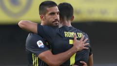 Indosport - Bintang Juventus, Emre Can (kiri), masih berusaha tegar meski memiliki masa depan suram di timnya sendiri.