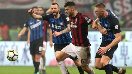 Patrick Cutrone berusaha lepas dari penjagaan Milan Skriniar di laga Inter Milan vs AC Milan. - INDOSPORT