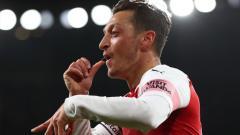 Indosport - Mesut Ozil berselebrasi usai mencetak gol ke gawang Leicester City.