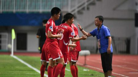 Pelatih Korea Utara U-19, Ri Chol, saat memberikan instruksi anak asuhnya pada laga kontra Irak di Piala Asia U-19 2018. - INDOSPORT