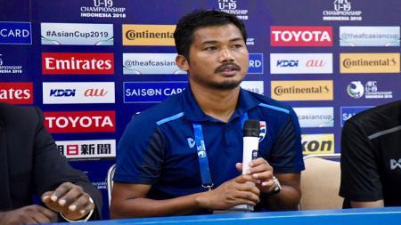 Pelatih Timnas Thailand U-19, Issara Sritaro tetap dipertahankan meski menuai kegagalan di Piala AFF U-18 2019. - INDOSPORT