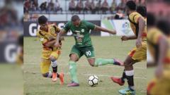 Indosport - Felipe Martins hendak melepaskan tembakan saat laga PSMS Medan vs Mitra Kukar