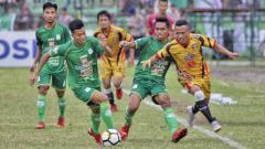 Indosport - Suhandi dan Frets Butuan di laga PSMS Medan vs Mitra Kukar.