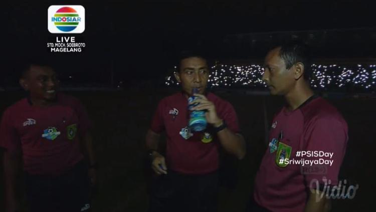 Laga PSIS Semarang vs Sriwijaya FC alami mati lampu stadion. Copyright: Twitter@indosiarID